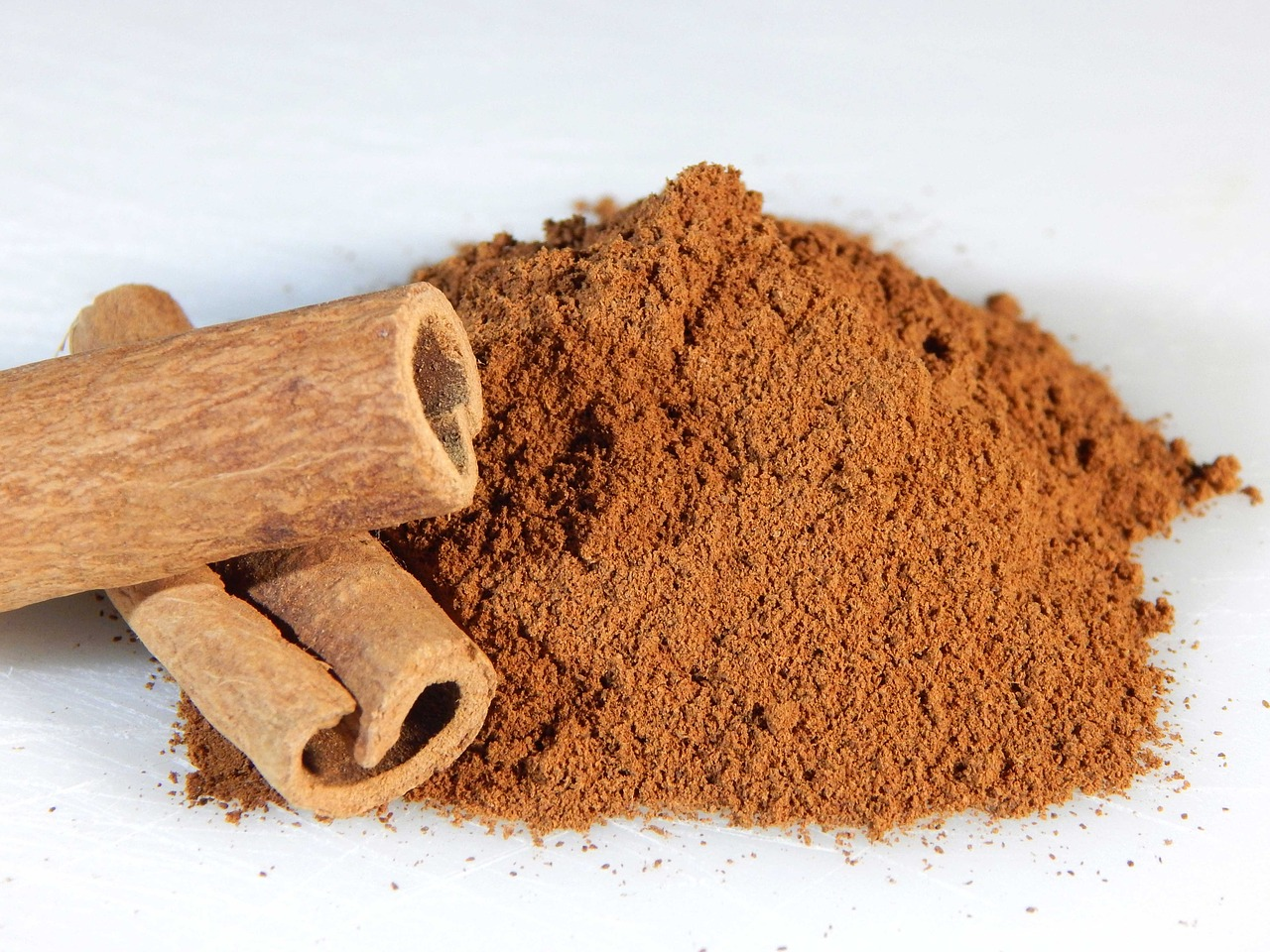 Add a small spoonful of cinnamon and two garlic cloves to 250ml water. (Image: pixabay / CC0 1.0)