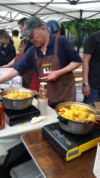 Food booths offer typical Taiwanese street food. (Image by Monica Song, Vision Times)