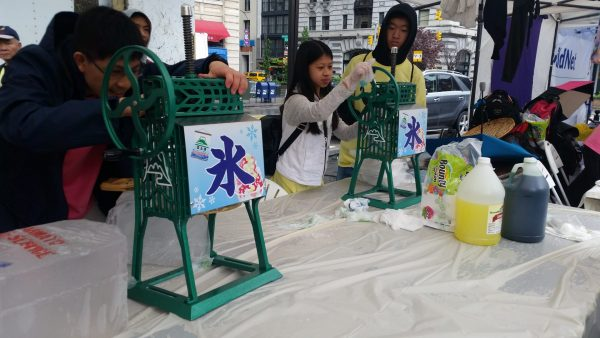 Making shaved ice is one of the activities for kids. (Image: Sam Lim, Vision Times)