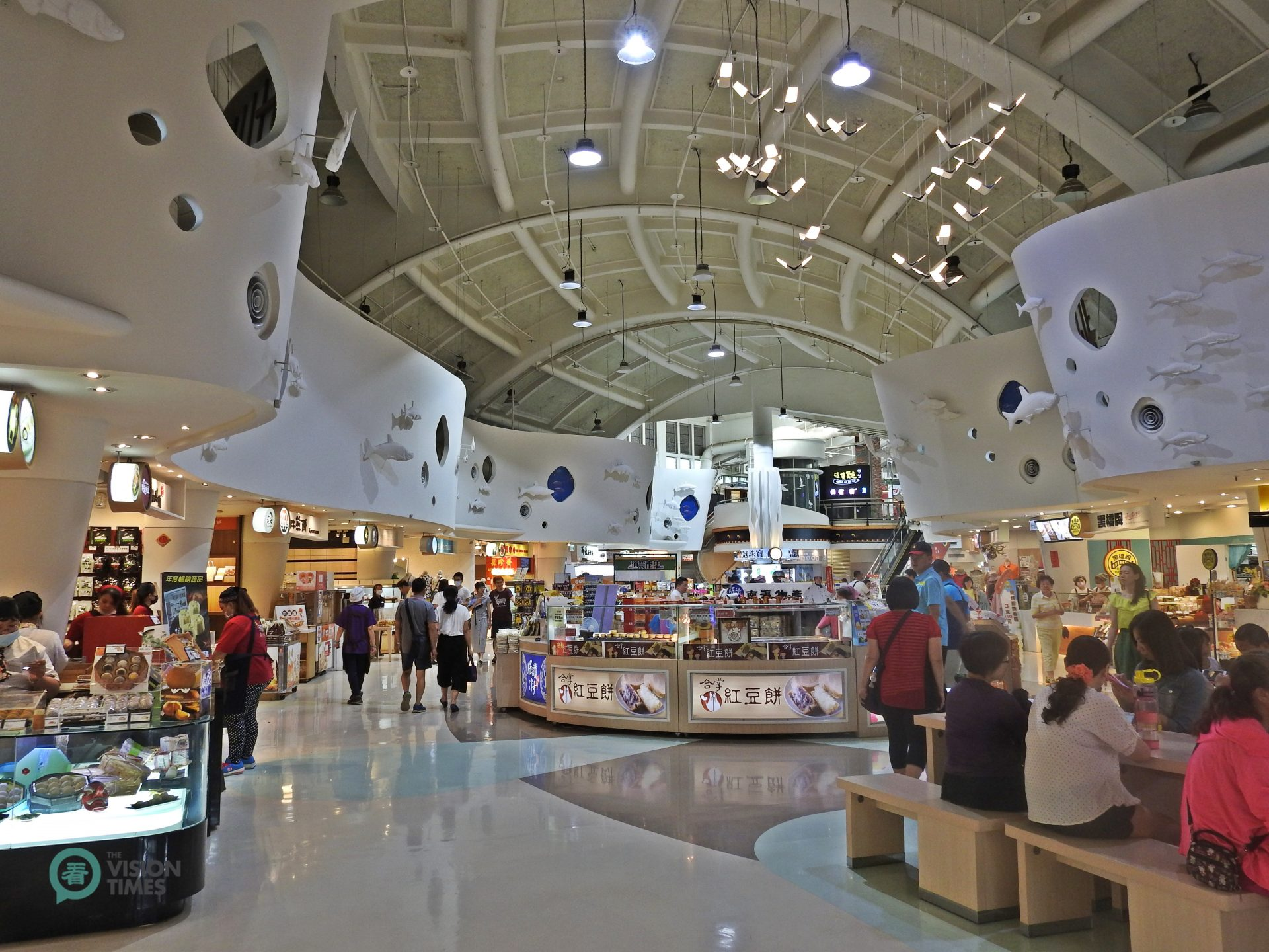 There is a high-ceiling shopping area in Dongshan Service Area. (Image: Billy Shyu / Vision Times)