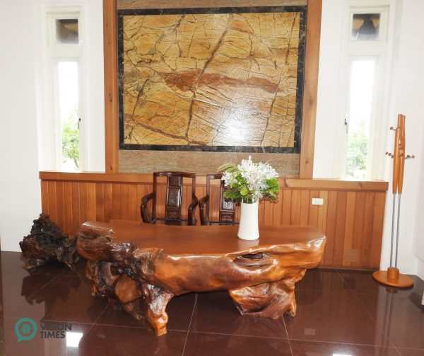 A Taiwan Cypress root carving table is situated at a corner of the the lounge. (Image: Billy Shyu / Vision Times)