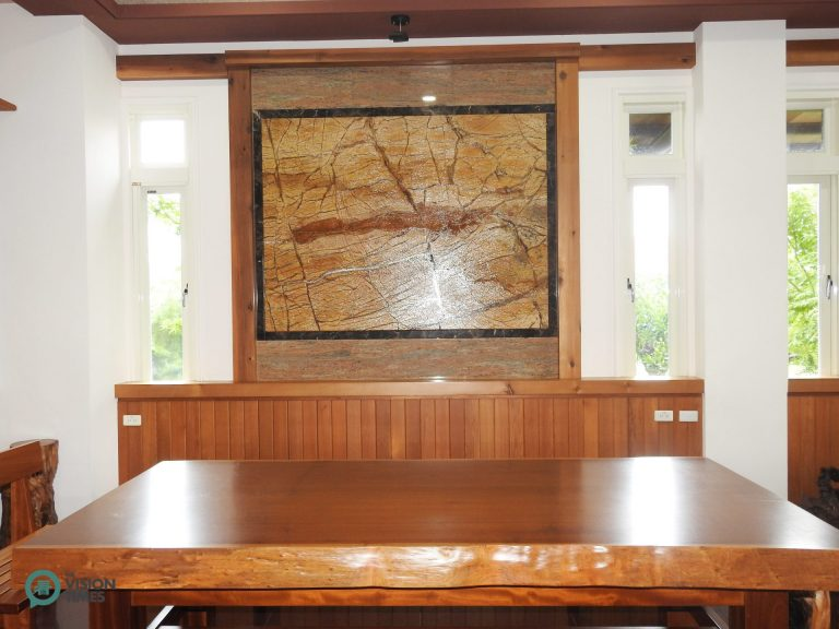 The solid wood tables in the guesthouse are made of the wood blocks collected by the operator. (Image: Julia Fu / Nspirement)