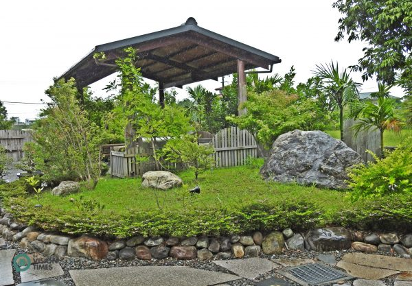 There is a a roofed barbeque terrace at the garden. (Image: Billy Shyu / Vision Times)