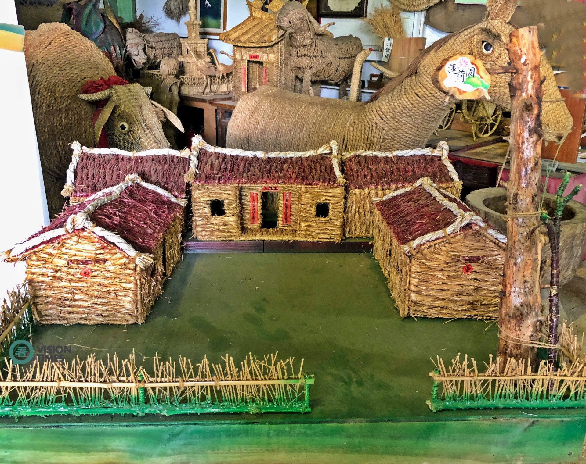 In the Straw Museum, there are various straw weaving handicrafts made by the farm operator. (Image: Billy Shyu / Vision Times)