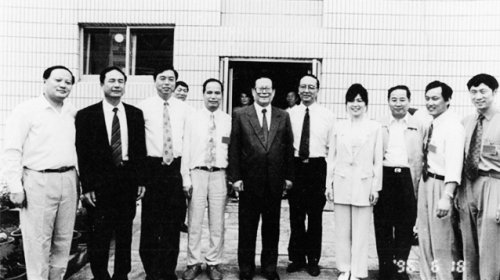 In 1995, President Jiang Zemin visited the Changsheng Life. The woman in the picture was Gao Junfang, the chairman of Changsheng Biological. (Image: Secret China)