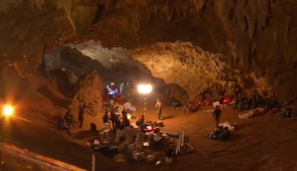 Personnel and equipment in the entrance chamber of Tham Luang cave during rescue operations during 26–27 June 2018. (Image: YouTube/Screenshot)