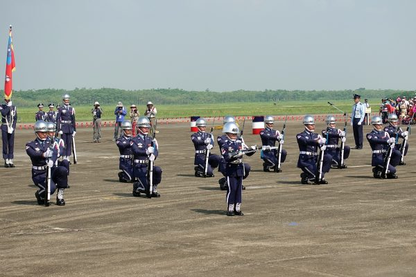 Taiwan Air Force's Honor Guards performing along with a talented kid at the Chiayi Air Base on August 11, 2018. (Image: Chiayi City Government)