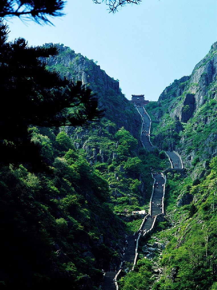 A stone staircase up Mount Tai with a stone gate at the top. (Image: wikimedia / CC0 1.0)