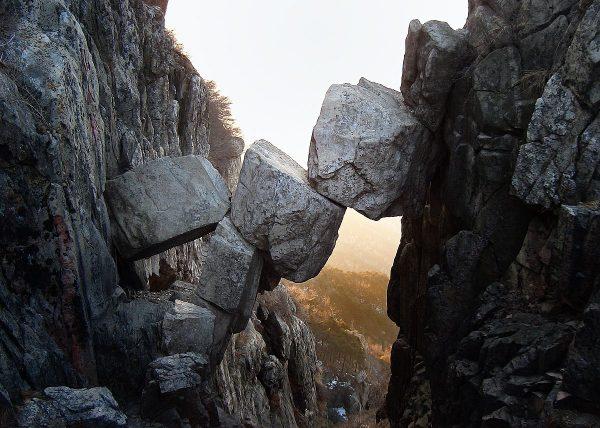 Immortal Bridge, a nature feature on Mount Tai. (Image: Pfctdayelise via wikimedia CC BY-SA 2.5)