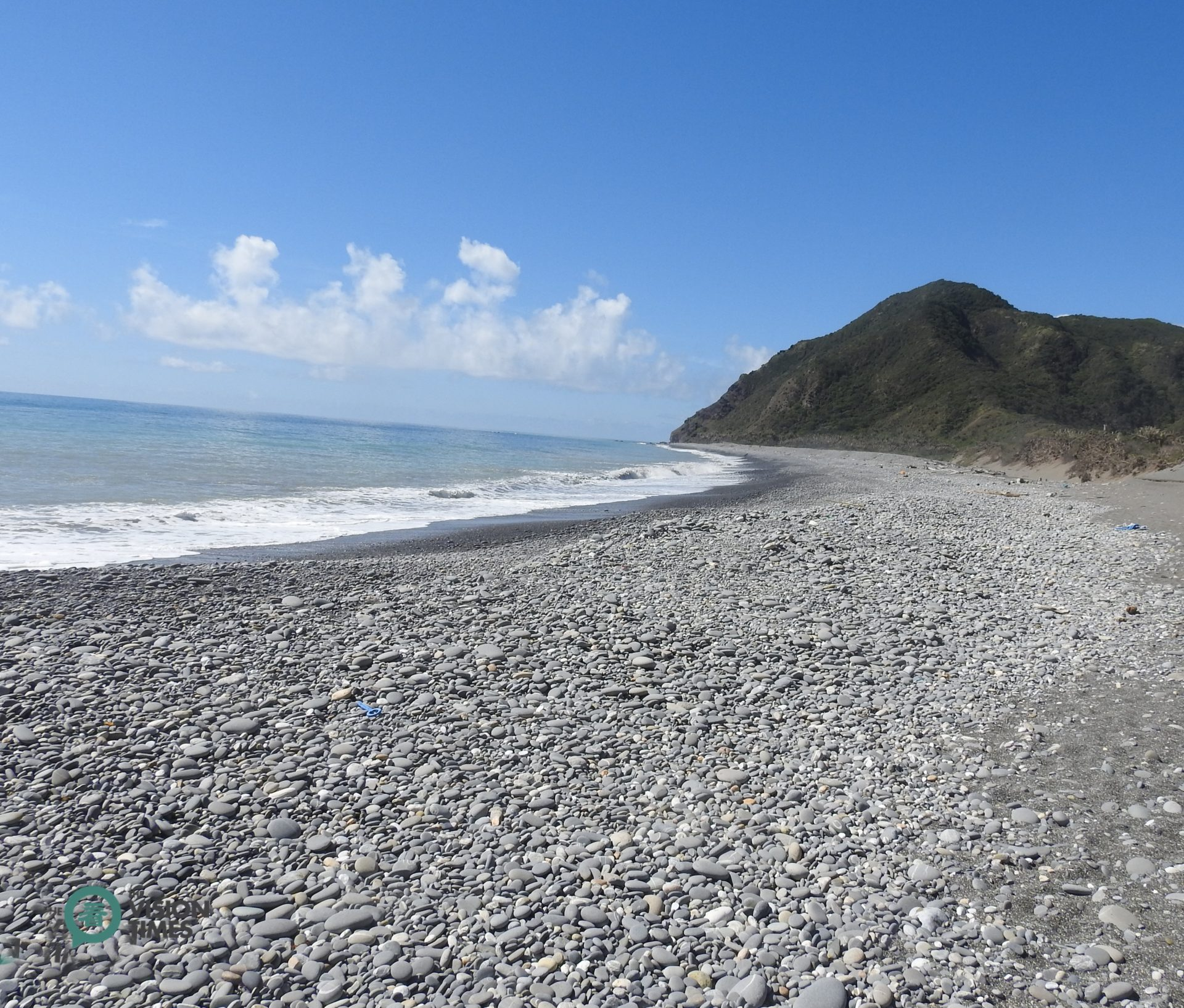 The seashore along Alangyi Ancient Trail is full of smooth and rounded pebbles. (Image: Billy Shyu / Vision Times)