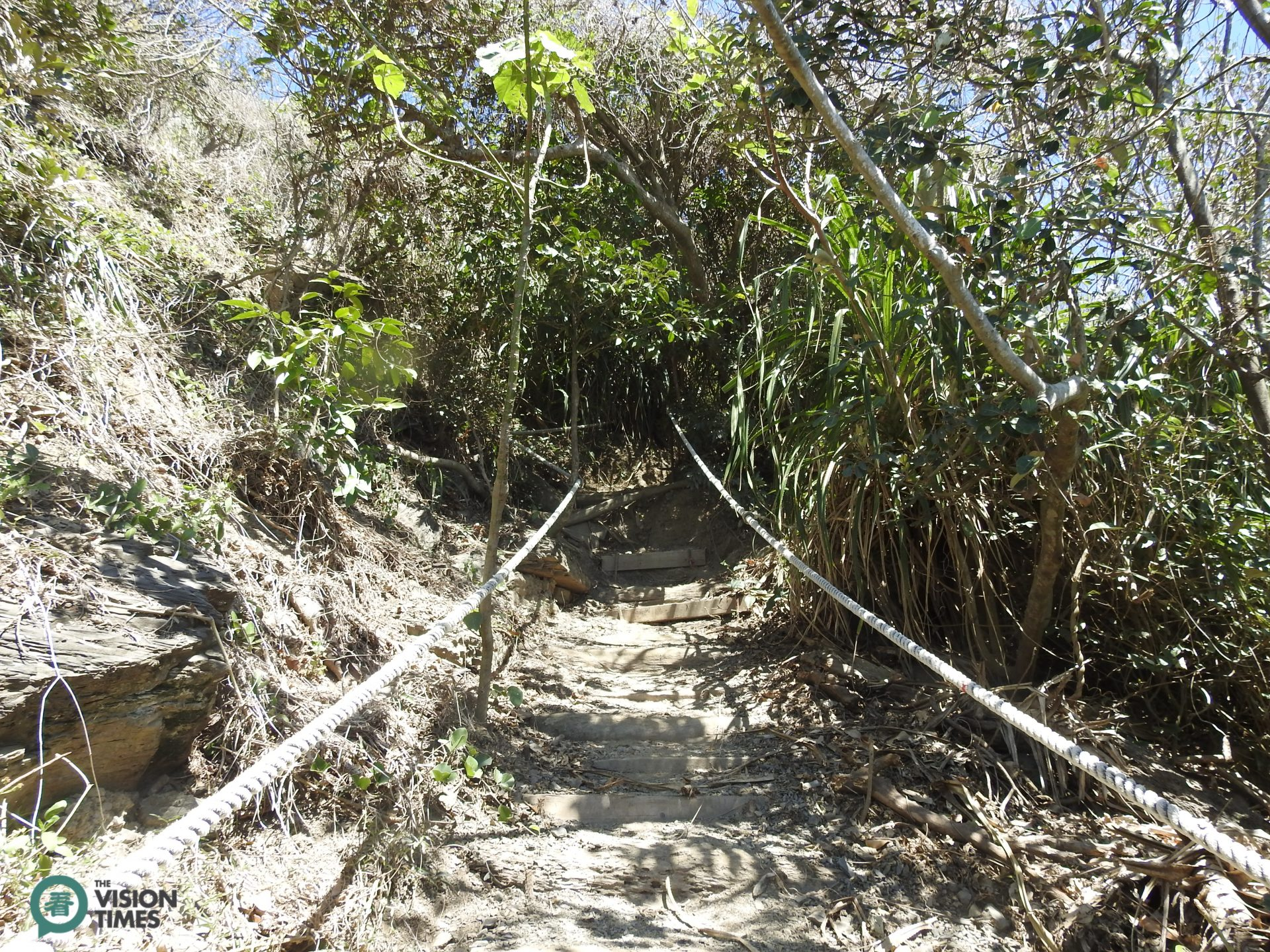 There are many steep slopes along Alangyi Ancient Trail. (Image: Billy Shyu / Vision Times)