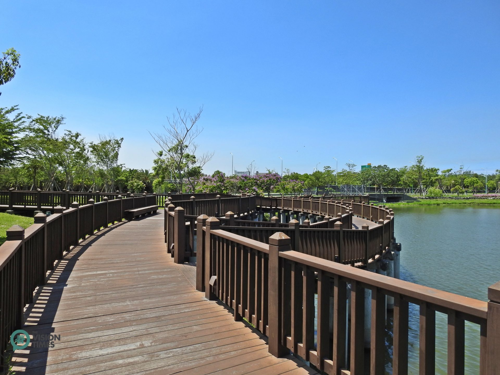 One of the elevated wooden paths along the lake in the museum compound. (Image: Billy Shyu / Vision Times)
