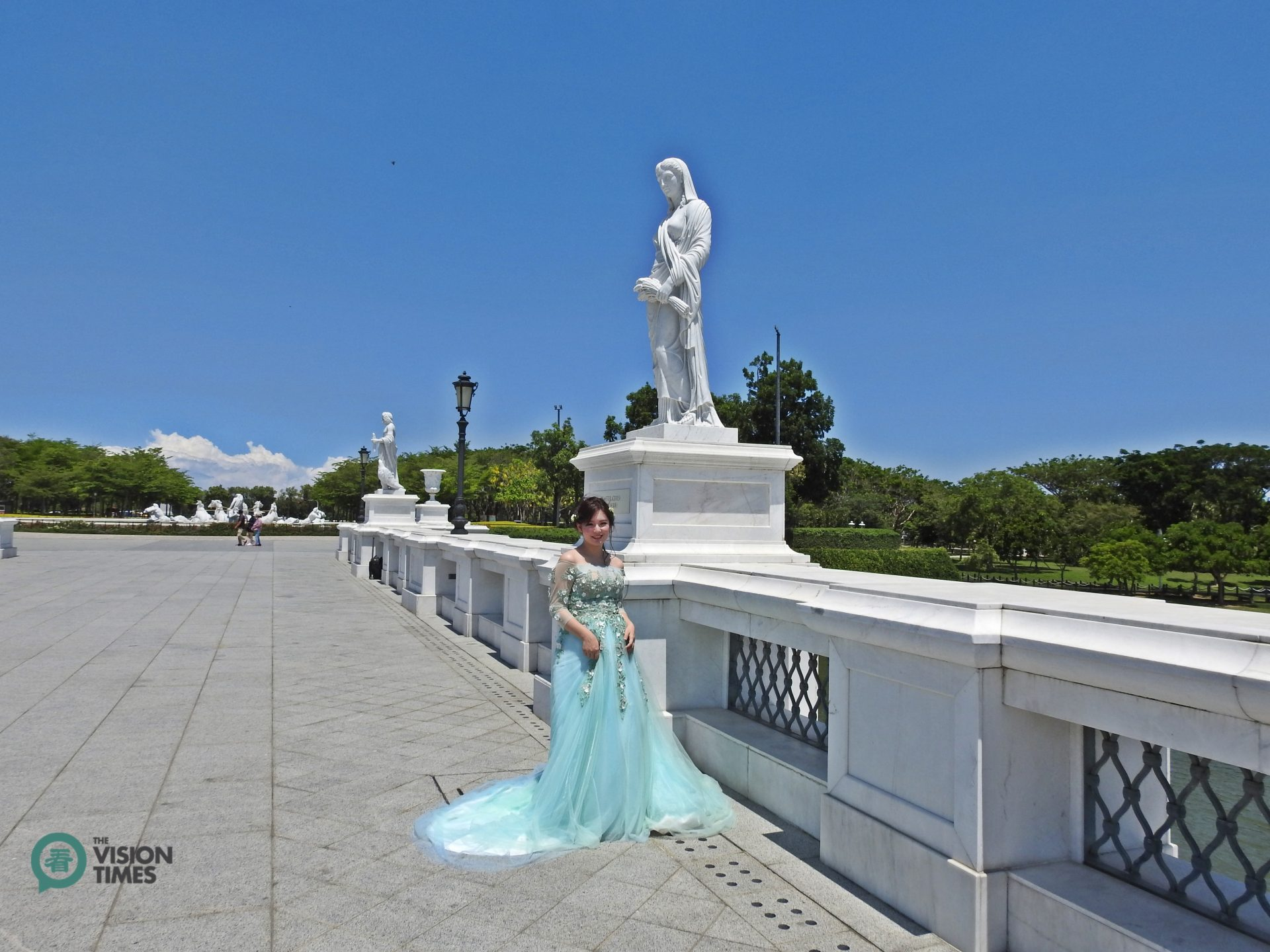 The Olympus Bridge is a hotspot that many people like to take their wedding or graduation photos. (Image: Billy Shyu / Vision Times)