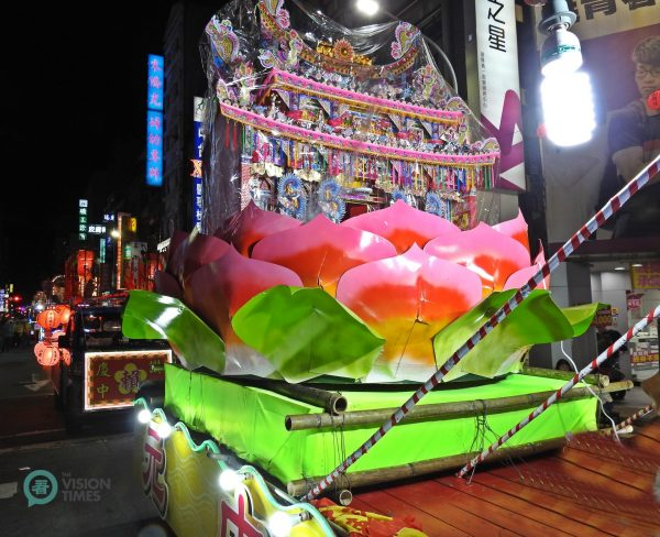 Water lanterns are beautifully decorated and placed in floats to tour the city. (Image: Billy Shyu / Vision Times)