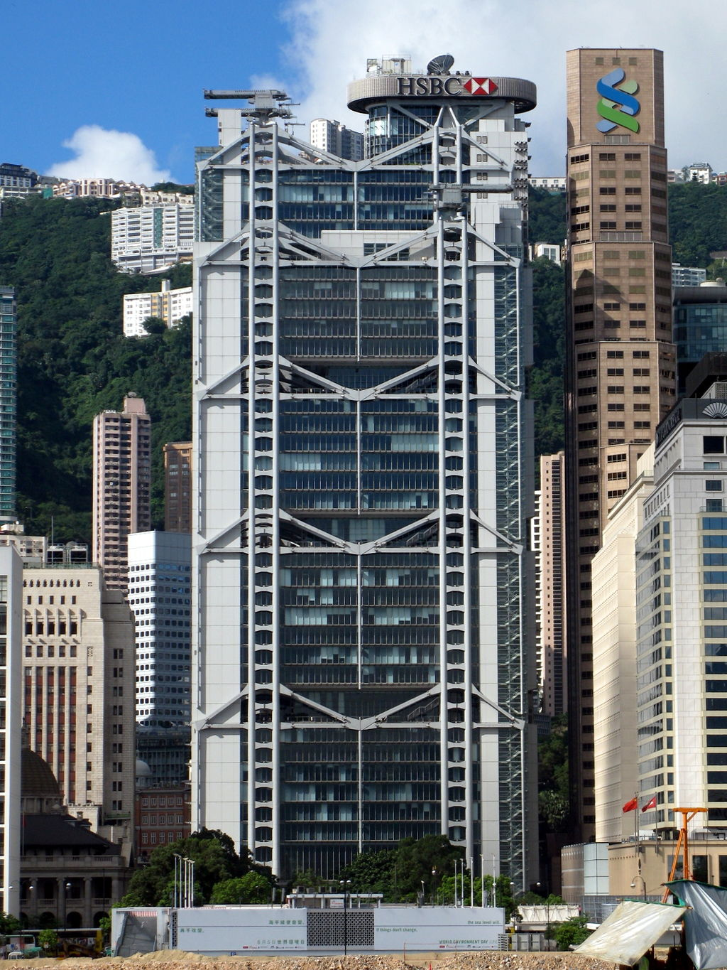 "The HSBC building has two cannons on the roof pointed in the direction of the Bank of China building to counteract ""negative energy"". (Image: WiNG via wikimedia CC BY 3.0)"