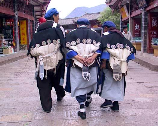 Three women of Naxi Miority in a road of Lijiang, Yunnan, China (Image Credit: Ciceri/Flickr / CC0 2.0)