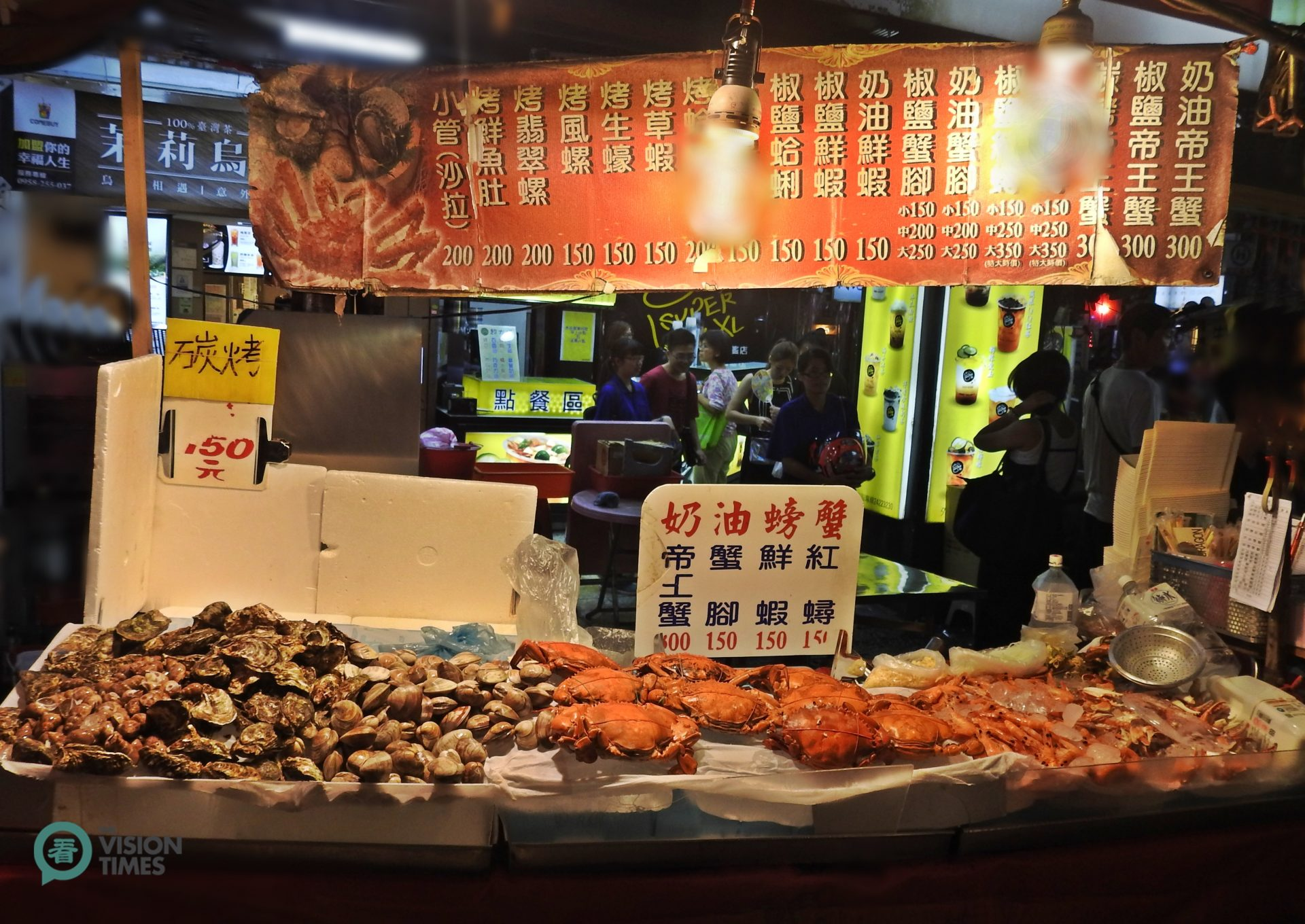 A popular food stall at the Keelung Night Market in northern Taiwan. (Image: Billy Shyu / Vision Times)