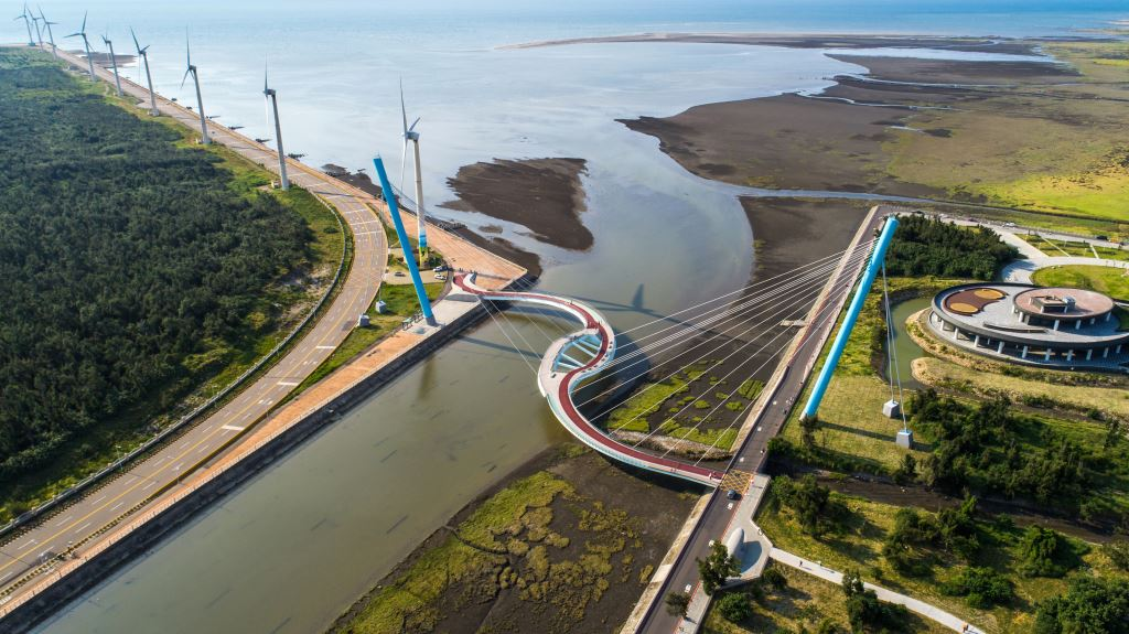 The suspension bridge at the Gaomei Wetlands in Taichung City. (Image: Taichung City Government)