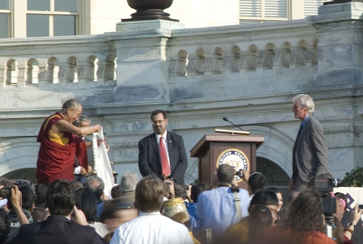 Actor Richard Gere presented with a Khata by the 14th Dalai Lama, October 17, 2007 at the U.S. Capital. (Image: sneakerdog via flickr CC BY 2.0 )