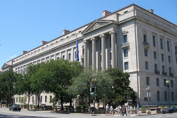 1200px-U.S._Department_of_Justice_headquarters,_August_12,_2006