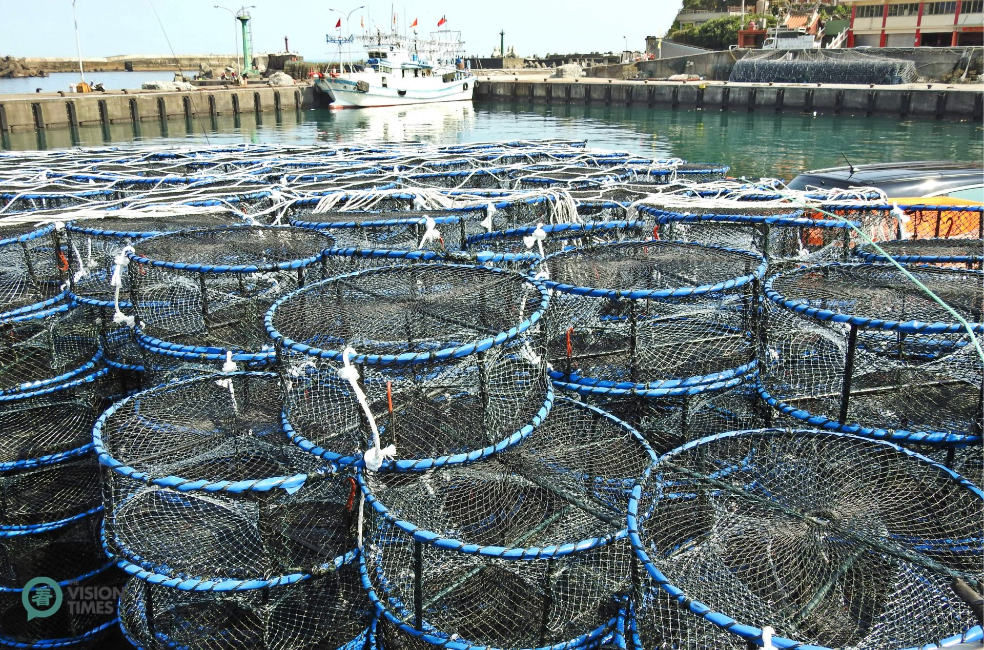 Fishermen in Wanli use baited crab cages to catch crabs. (Image: Billy Shyu / Vision Times)
