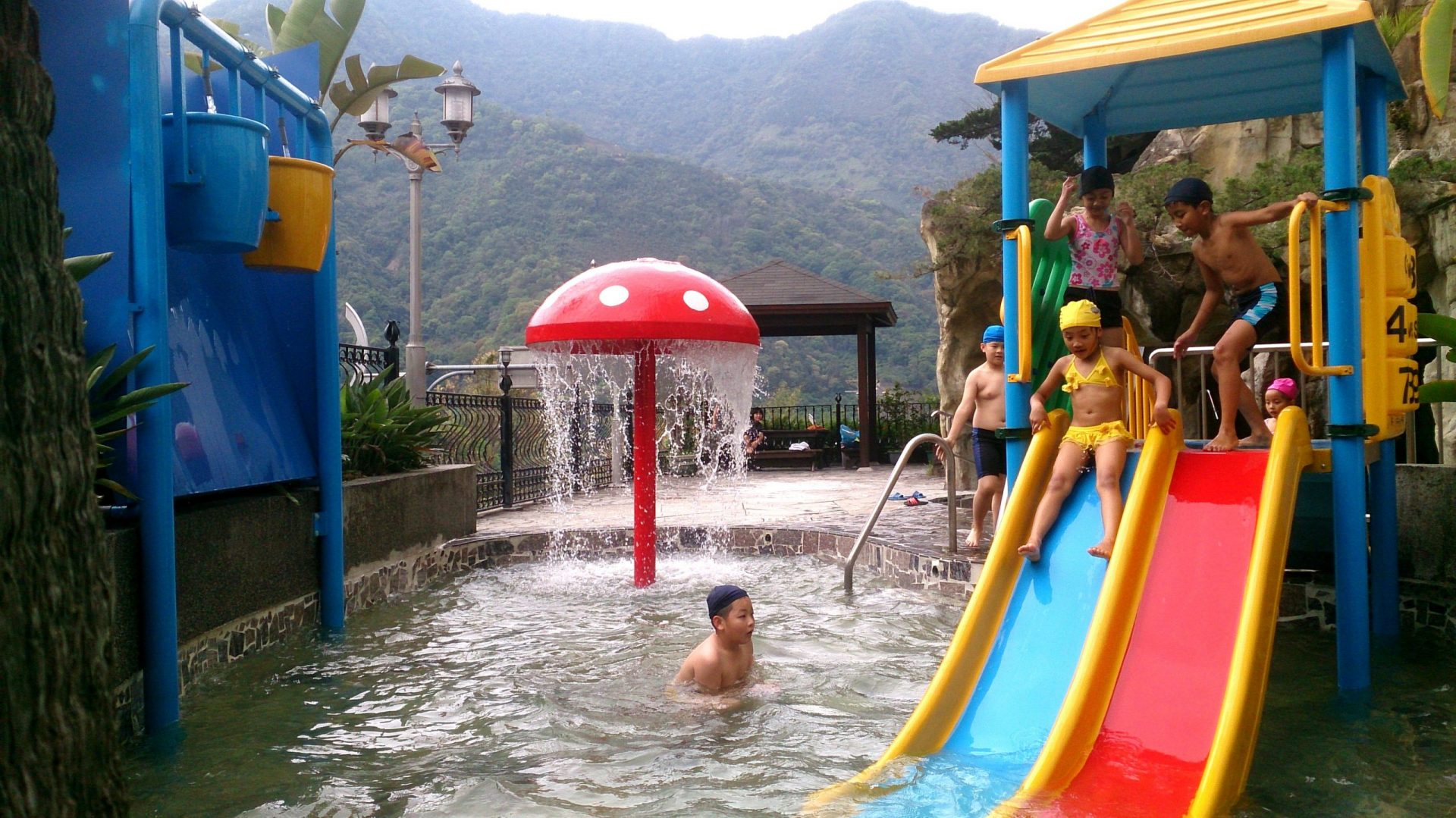 There are diverse hot spring pools at hotels in the Dongpu Hot Spring Area. (Image: Courtesy of Hotel Tilun Dongpu Spa )