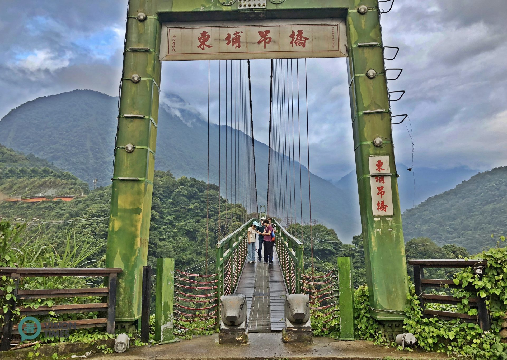 From the parking lot or windows of some hotel rooms, visitors can appreciate beautiful sceneries of the mountains and a suspension bridge in Dongpu. (Image: Billy Shyu / Vision Times)
