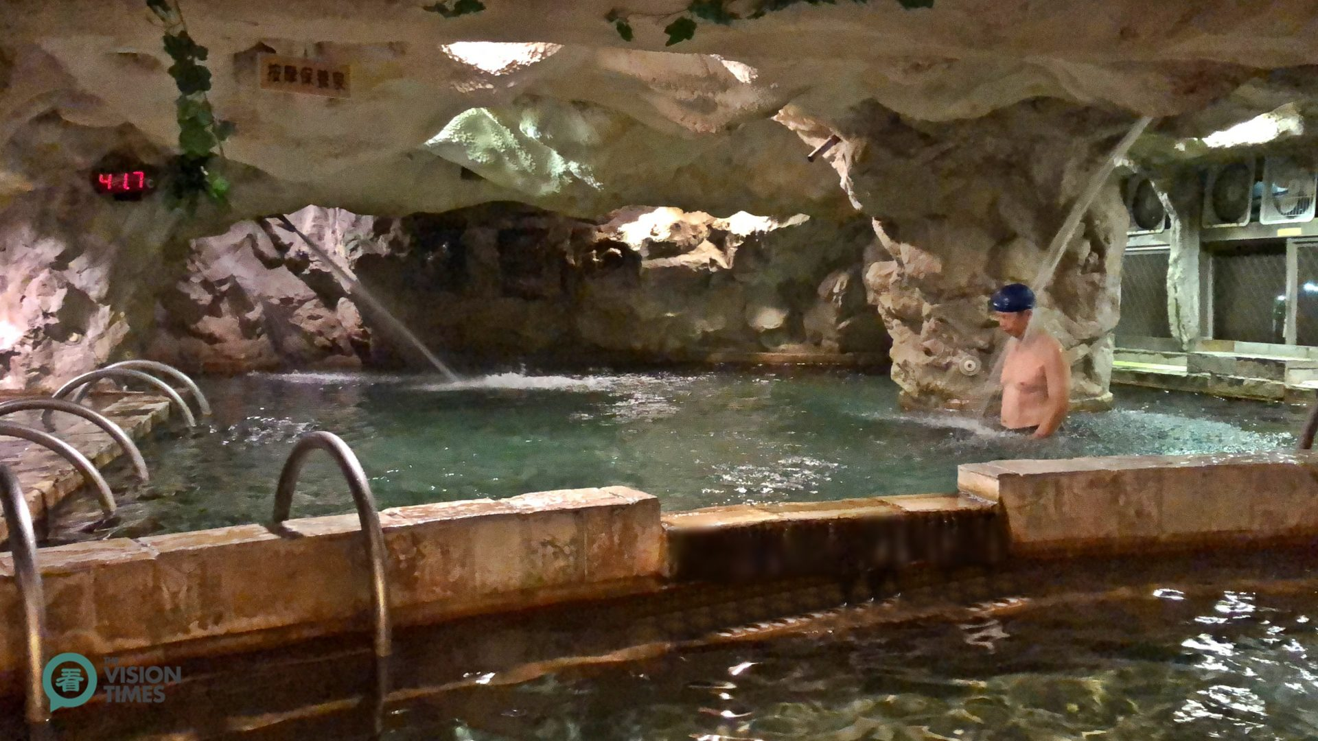 A cavern-like hot spring pool inside a leading hotel in the Dongpu Hot Spring Area. (Image: Billy Shyu / Vision Times)