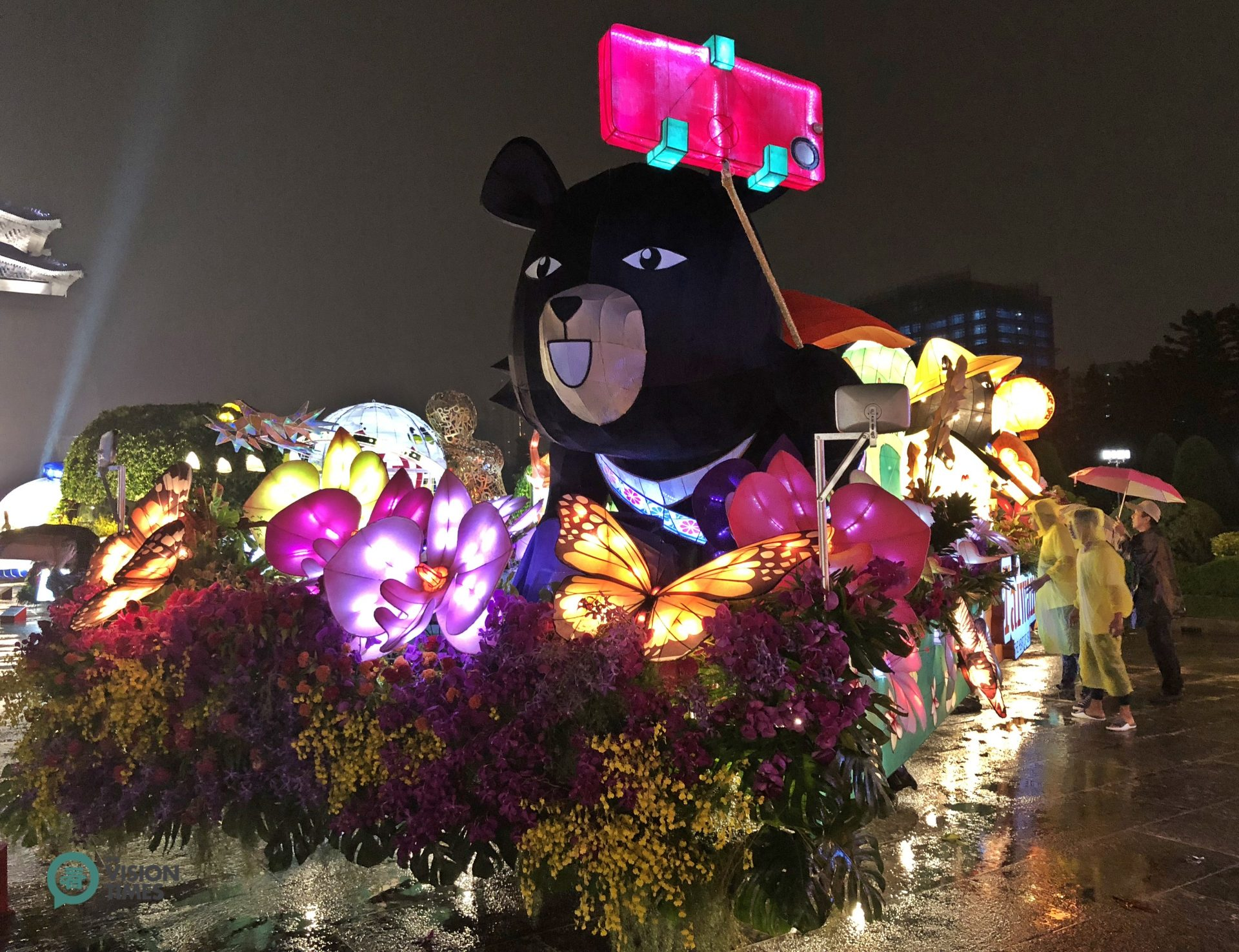 The float featuring Taipei's mascot Bravo Bear is displayed at plaza of the Chiang Kai-shek Memorial. (Image: Billy Shyu / Vision Times)
