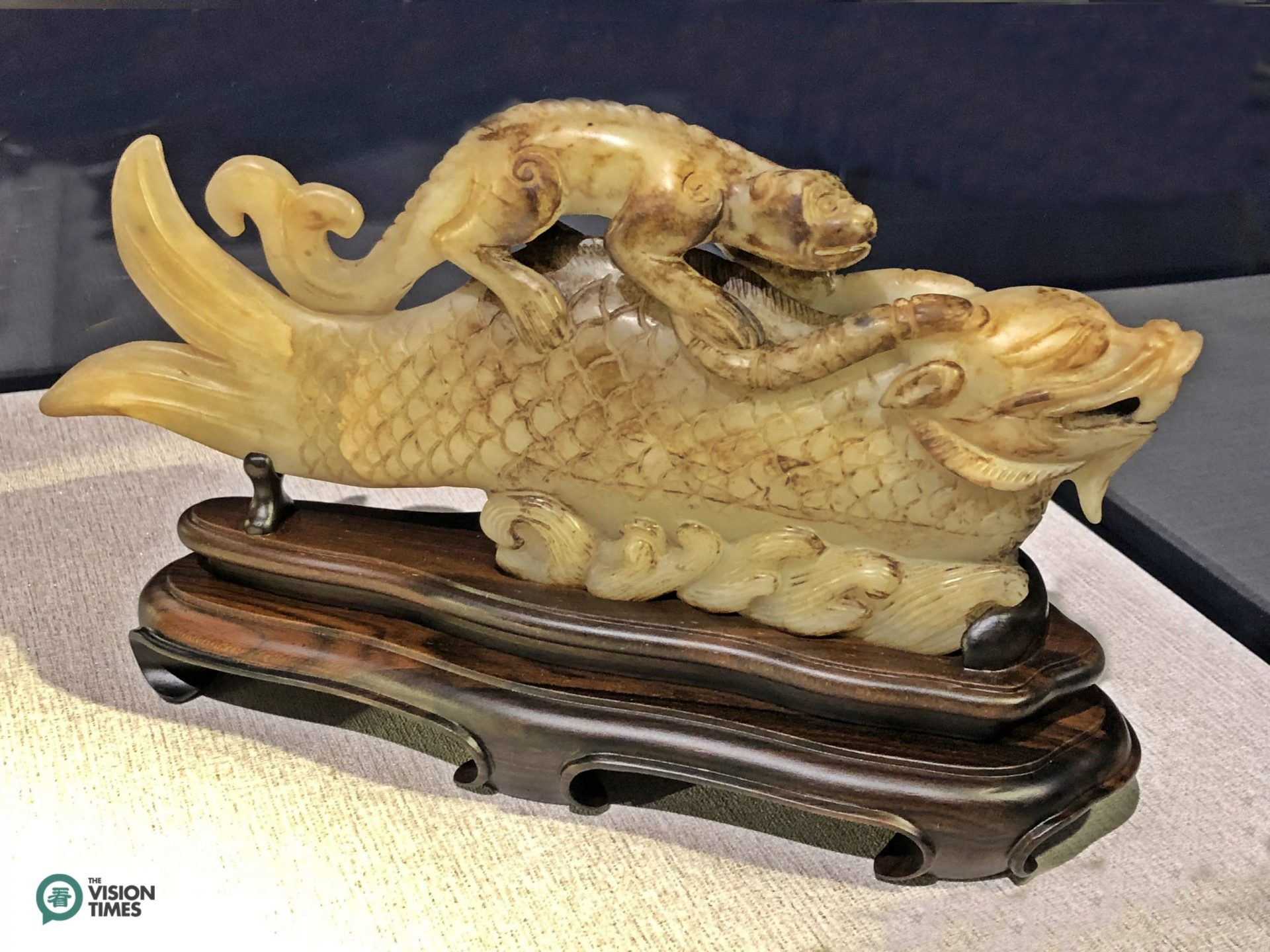 A fish jade piece from the Qing Dynasty is exhibited at the Commemorative Fish Jade Exhibition. (Image: Billy Shyu / Vision Times)