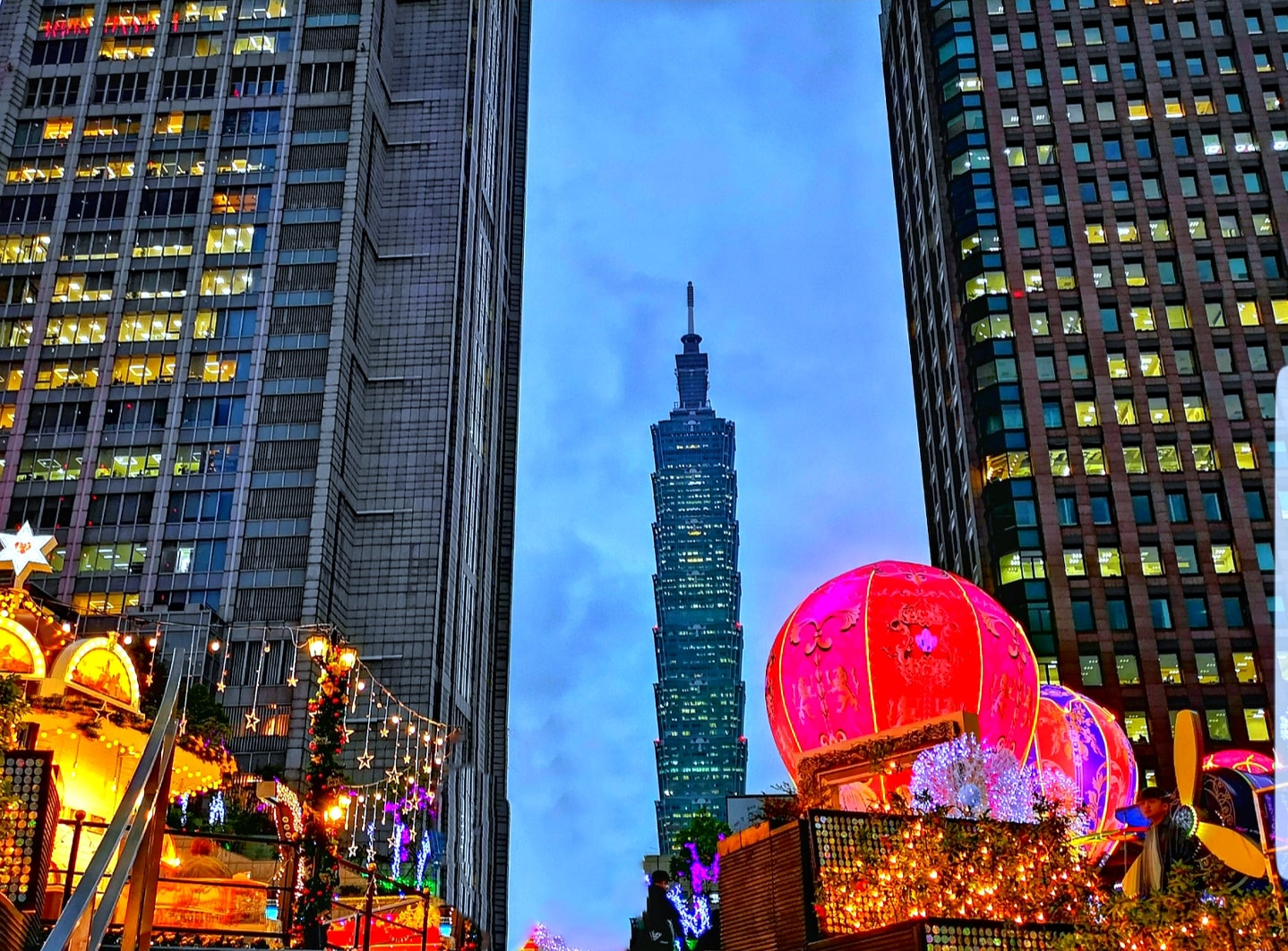 Taipei 101, shopping malls and fancy hotels in Taipei Xinyi Shopping District are colorfully decorated during the Christmas season. (Image: Courtesy of Xing-Mei in Keelung)
