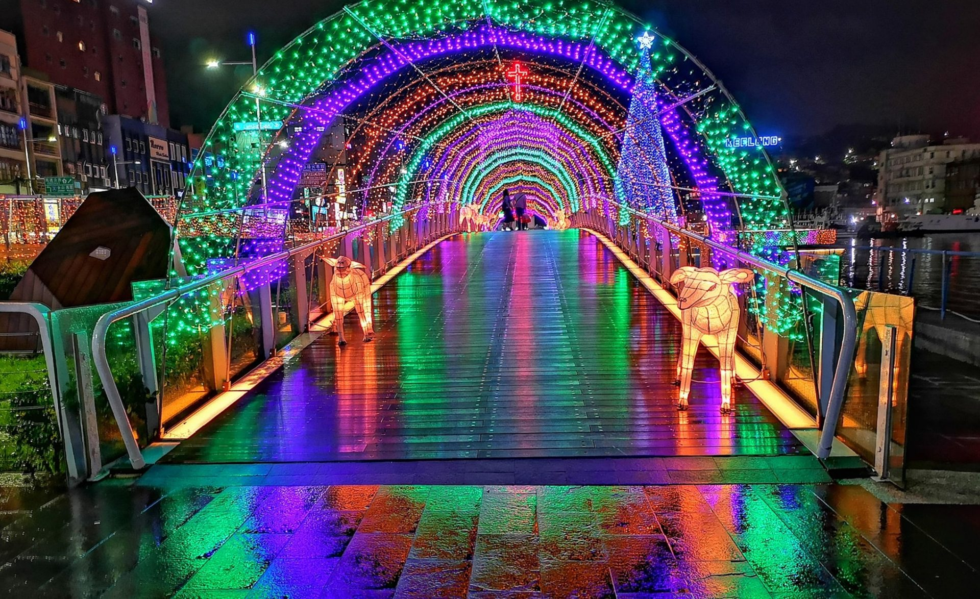 A Christmas light tunnel and other art installations are set up at the Keelung Maritime Plaza (基隆海洋廣場) in Northern Taiwan's Keelung City.l. (Image: courtesy of Xing-Mei in Keelung)