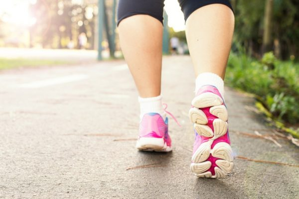 Taking a gentle 10 to 20-minute stroll in the evening improves blood flow and helps to maintain efficient circulation while sleeping. (Image: via pixabay / CC0 1.0)