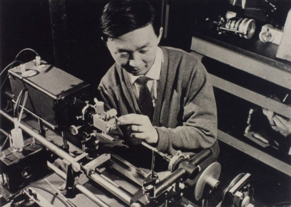 Charles Kuen Kao doing an early experiment on optical fiber at the Standard Telecommunications Laboratory in Harlow, England, in the 1960s.(Image: Chinese University of Hong Kong)