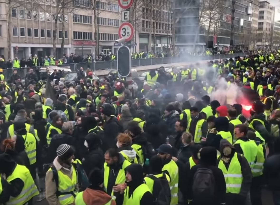 A wide diversity of political allegiances and groups are involved in the yellow vests protests. (Image: YouTube/Screenshot)