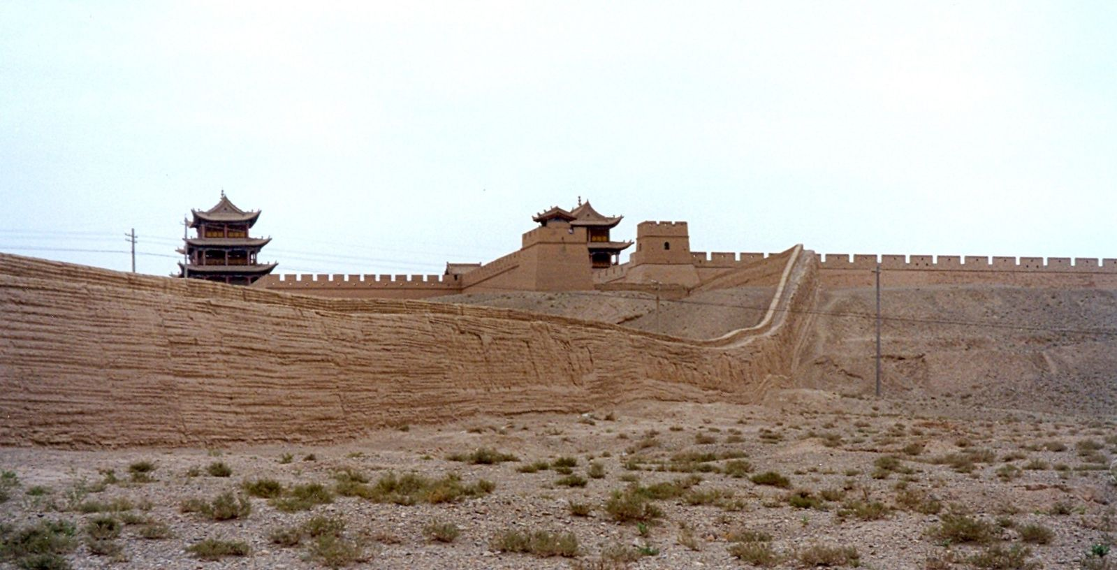 Legend has it that the Jiayuguan Pass has a mysterious extra brick which was placed loosely behind the Xiwong city gate part of the structure and no one has ever since dared to move it. (Image Credit: User:Doron [CC BY-SA 3.0], de Wikimedia Commons)