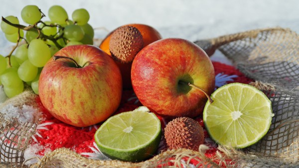 An apple works wonders in helping other fruits and vegetables. (Image: Pxhere, CC 1.0)