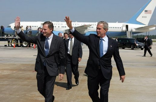 Richard Burr (on the left) believes the U.S. will cut down visas to Chinese students. (Image: The White House / CC0 1.0)