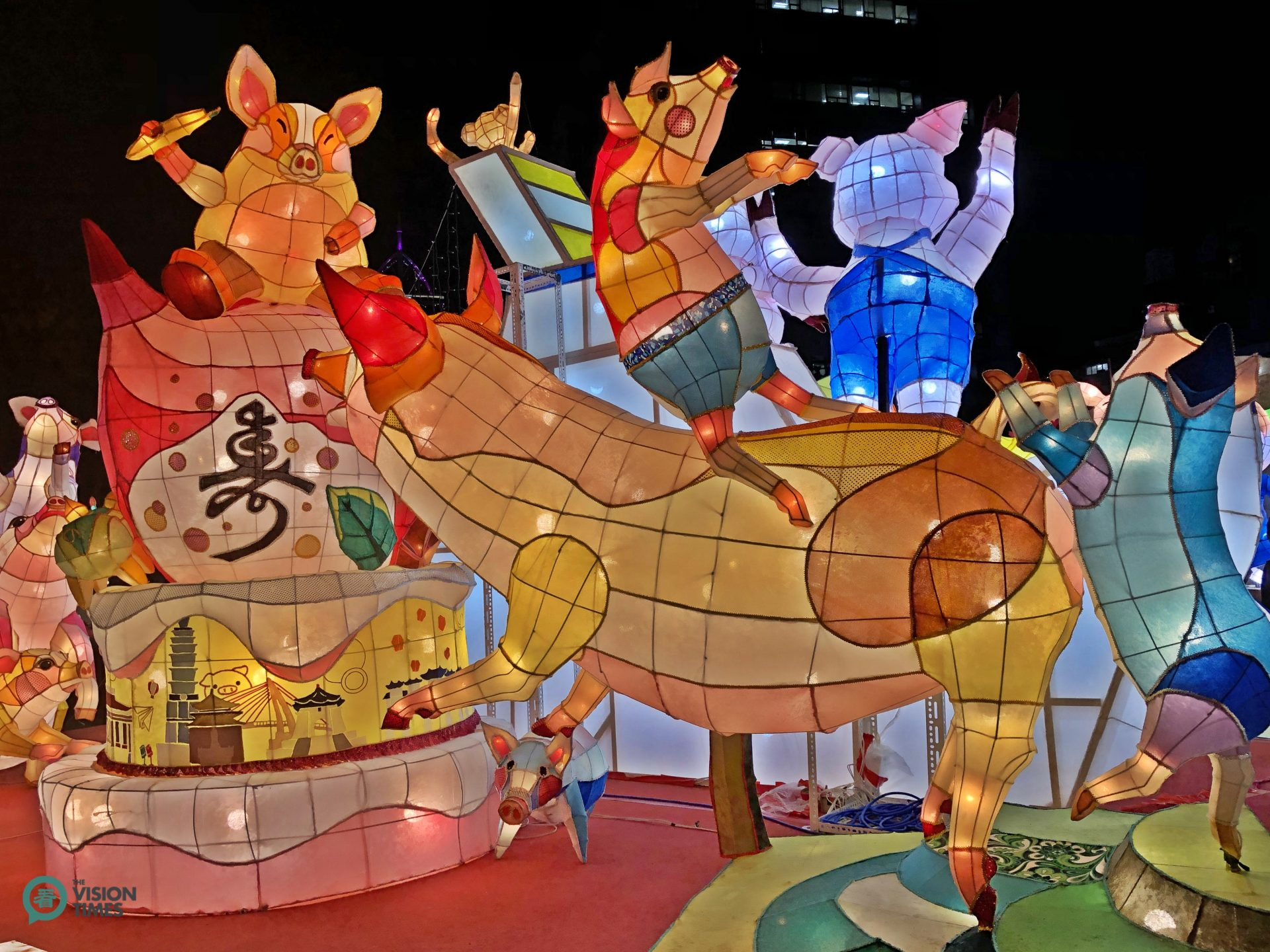 Many lanterns featured pigs as 2019 is the Year of the Pig according to the lunar calendar. (Image: Billy Shyu / Vision Times)