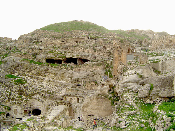 Hasankeyf is home to 300 medieval monuments and thousands of man-made caves. (Image: Poyraz_72 via wikimedia CC BY-SA 4.0)