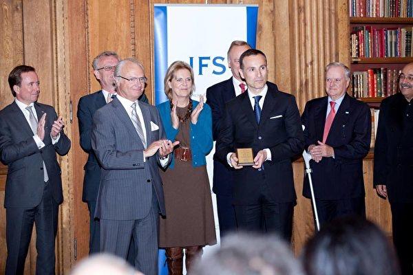 "On October 17, 2011, Vasilyus Zuphanides won the ""King Carl Sixteen Gustav Award"" and the King of Sweden personally presented him with an award. ( Vasilios Zoupounidis/Facebook )"