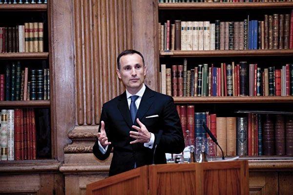 "On October 17, 2011, the Swedish entrepreneur Vasilyus Zuphanides won the ""King Carl Sixteen Gustav Award"" and he gave a speech at the scene. (明慧网)"