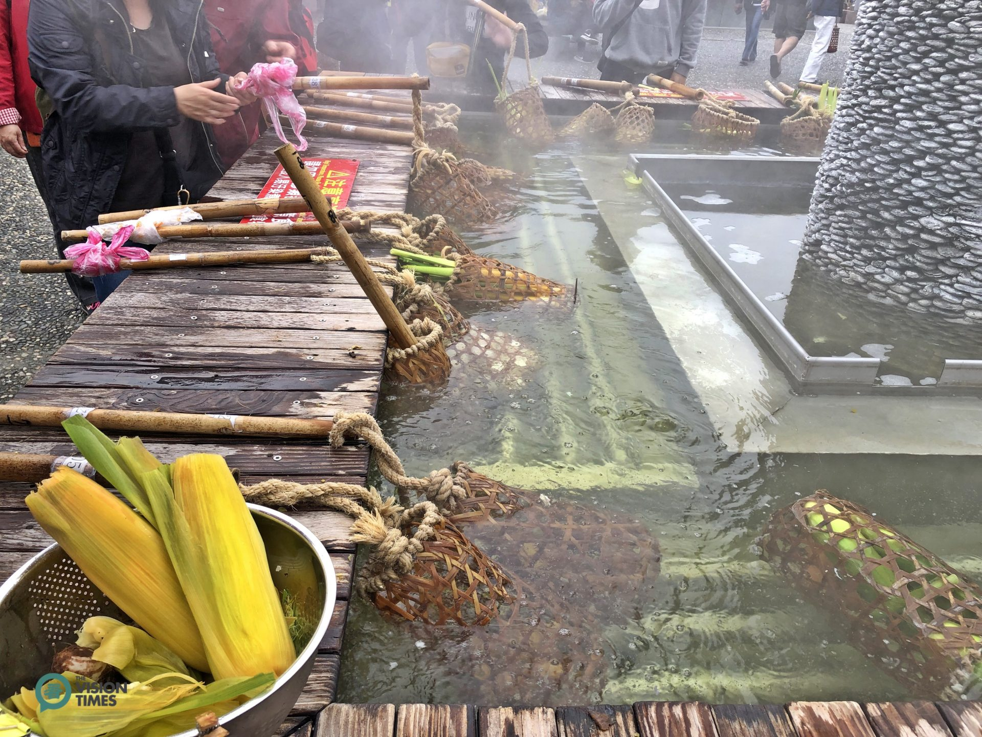 Visitors can cook a variety of food in hot spring water at Qingshui Geothermal Park. (Image: Billy Shyu / Vision Times)