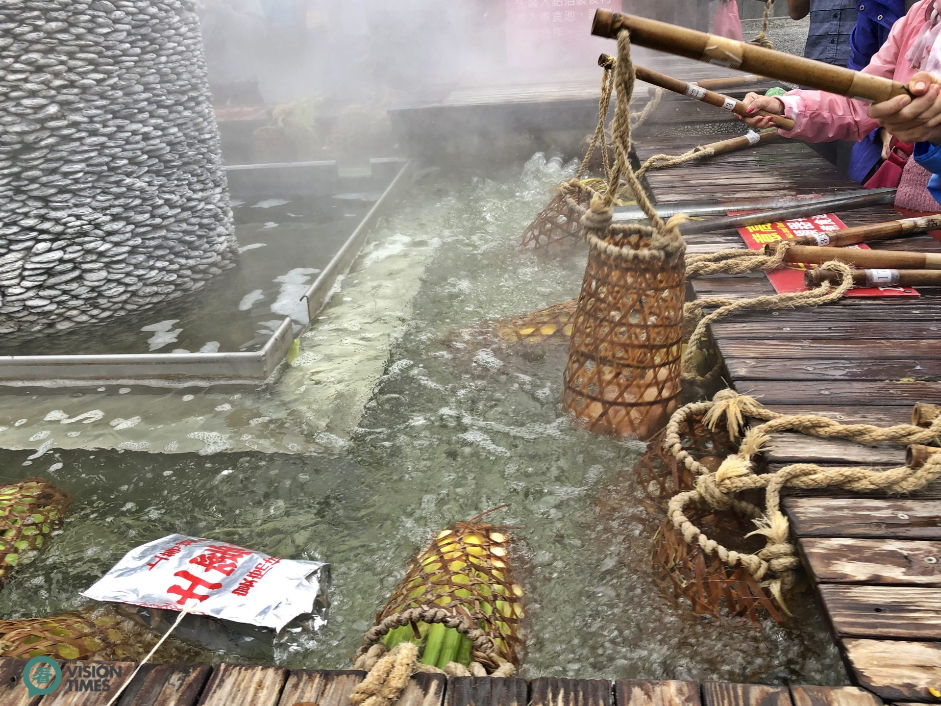 Visitors even cook chicken and soup with the geothermal hot spring water. (Image: Billy Shyu / Vision Times)