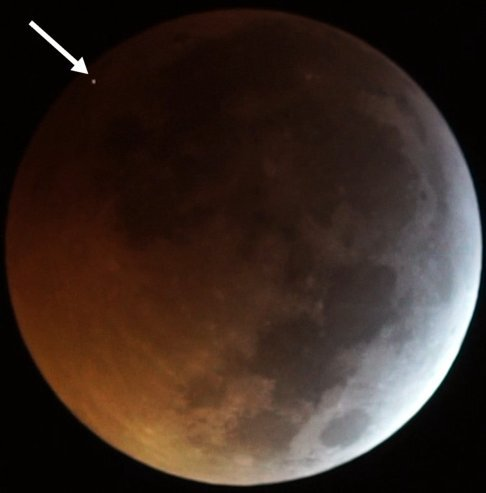 The flash from the impact of the meteorite on the eclipsed Moon, seen as the dot at top left (indicated by the arrow in the image), as recorded by two of the telescopes operating in the framework of the MIDAS Survey from Sevilla (Spain) on 2019 January 21. (Image: J. M. Madiedo / MIDAS)