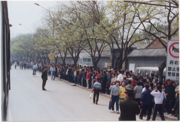 Falun Gong practitioners appeal before Zhongnanhai on April 25, 1999. (Minghui.org)