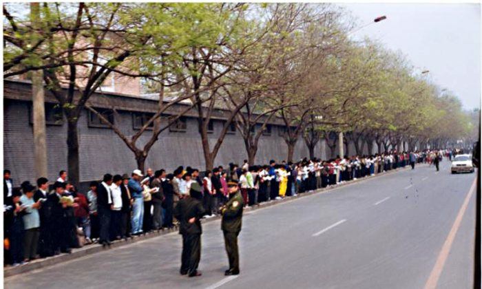 More than 10,000 Falun Gong practitioners gathered on Fuyou Street in Beijing on April 25, 1999, to peacefully appeal for fair treatment. (Image: Minghui.org)