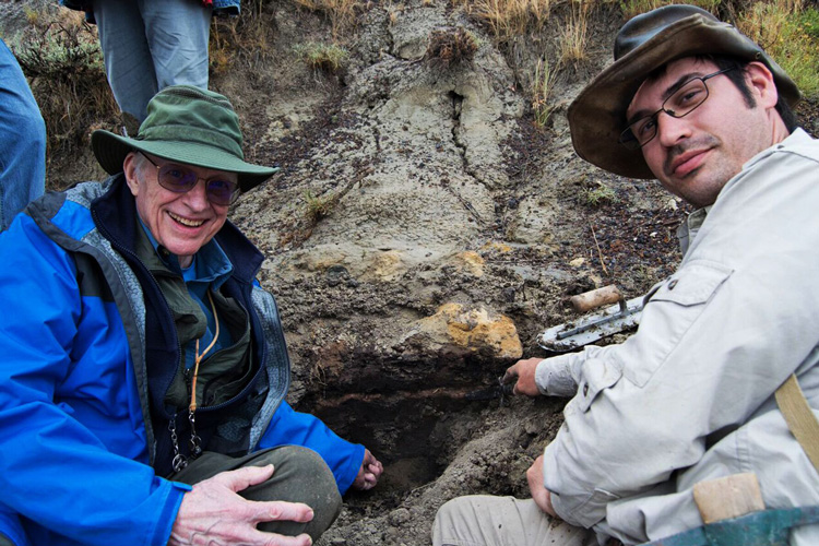 Walter Alvarez and Robert DePalma at the Tanis outcrop in North Dakota. (Image: Courtesy of Robert DePalma)