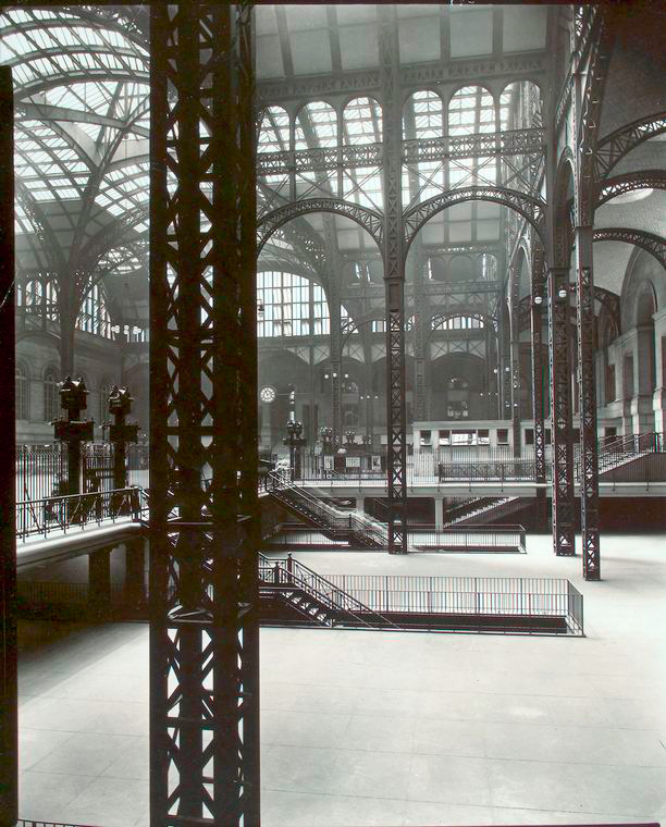 When it opened in 1910, people were awestruck by the 150-foot-high ceiling of the station, rimmed with marble holding a glass ceiling supported by steel columns riveted together. (Image: wikimedia / CC0 1.0)
