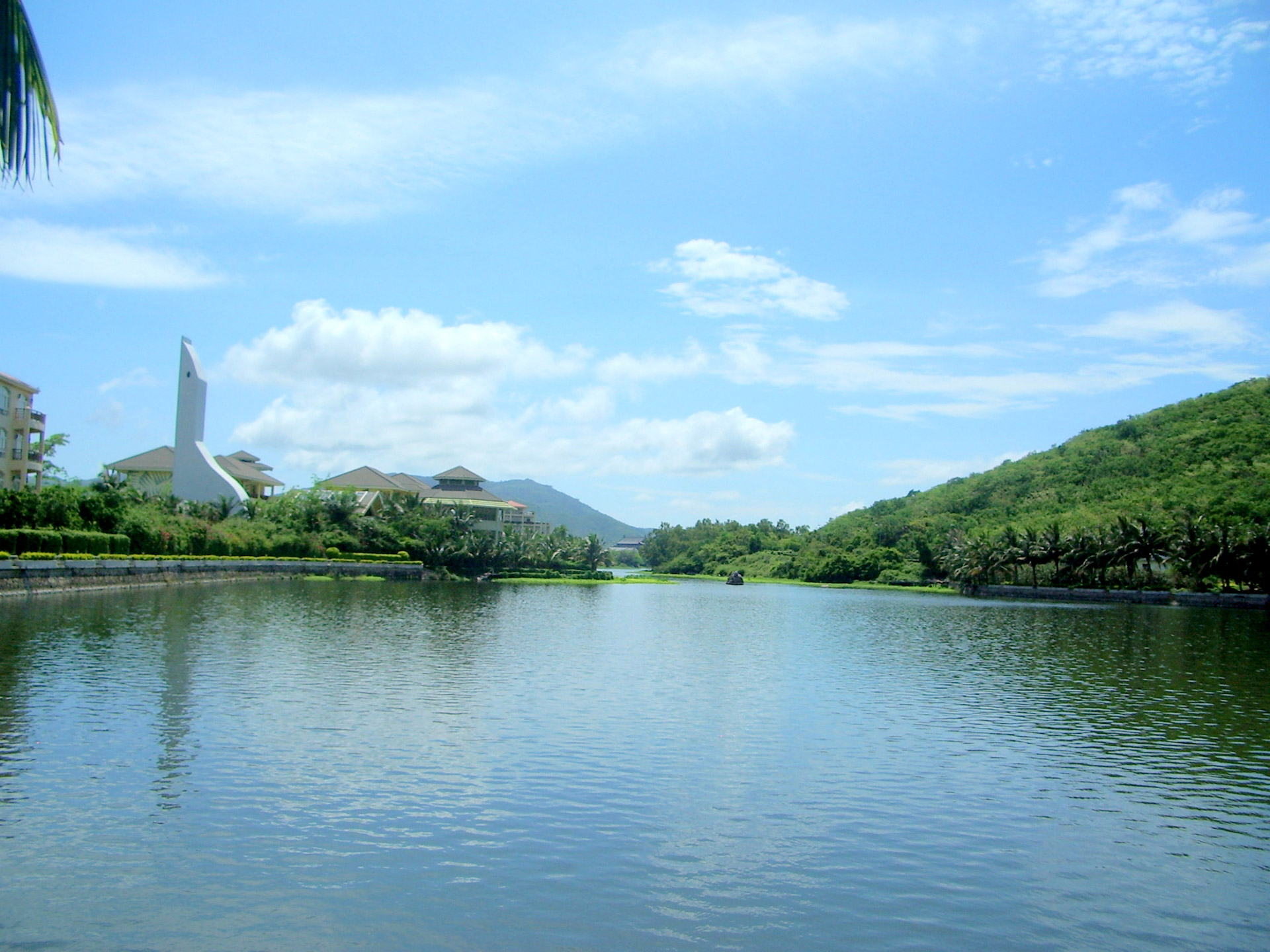 Hainan Island is blessed with hills and tablelands that end in narrow coastlines filled with harbors and bays. (Image: publicdomainpicturers.net / CC0 1.0)